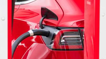 batterie-vehicule-electrique-en-charge