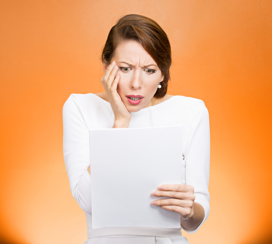 Mujer revisando impuestos por compra de casa