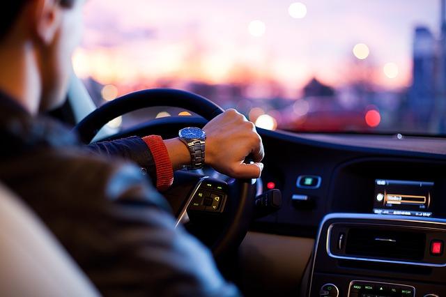 man driving a car_traffic_pixabay