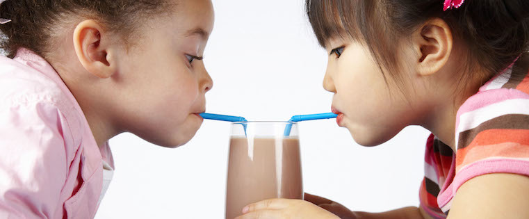kids-sharing-chocolate-milk2
