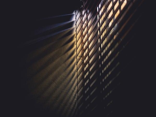 blinds-dark-light-586414