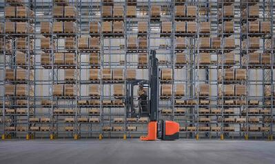 carretilla elevadora trilateral colocando mercancías a gran altura