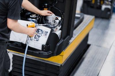 técnico reparando una carretilla elevadora para prevenir riesgos