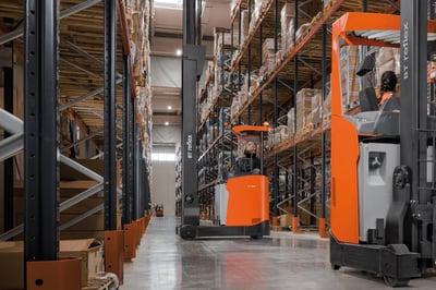 carretillas retráctiles con baterías de litio almacenando mercancías según el método ABC