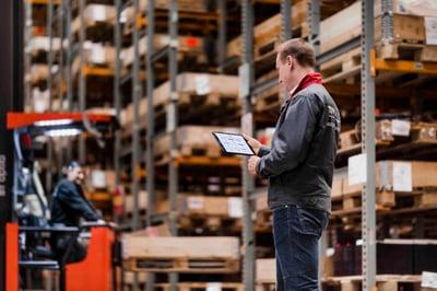 técnico revisando la tablet en el almacén