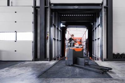 carretilla elevadora en el proceso de descarga de un camión