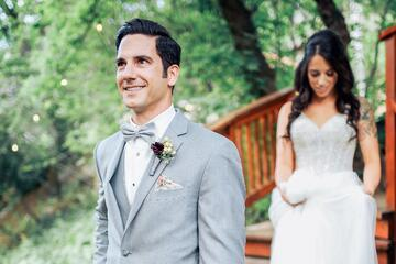 capturing first look photos on your wedding day