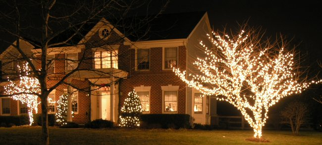 Lighting Your Front Yard for the Holidays