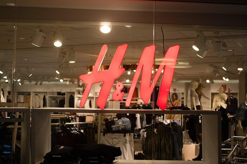 1024px-Hennes_&_Mauritz-butikk_i_Norge