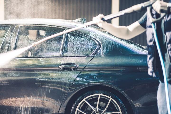 LAVARE L'AUTO CON UN'IDROPULITRICE: CONSIGLI E VANTAGGI