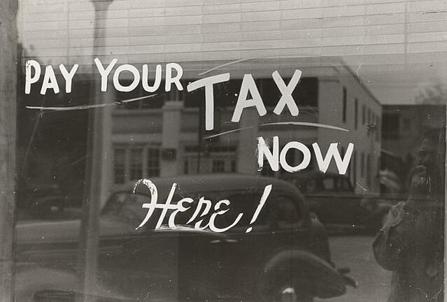 Who pays property taxes on a commercial lease?