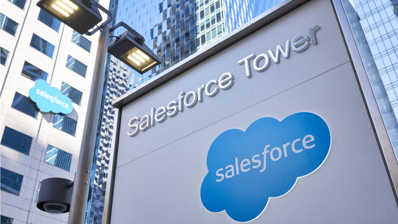torre con letrero y logo de salesforce