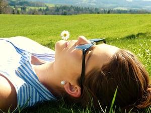 evitar-manchas-solares-chica-cesped