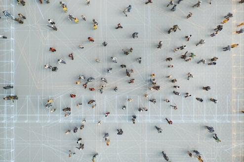 Illustrasjonsbilde. Mange personer som går rundt hverandre sett på lang avstand ovenfra.