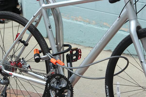 U-Lock-with-cable-with-bicycle