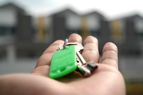 house keys hand
