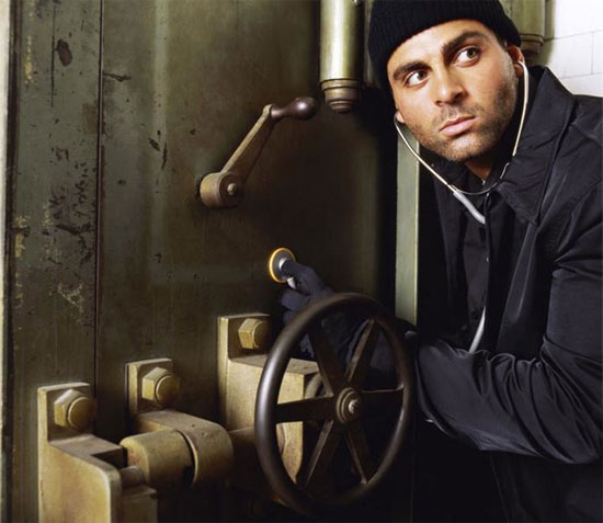safe-cracking-burglar