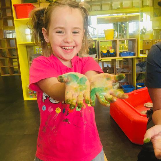 """Chloe es el ejemplo de una persona con una resiliencia alta gracias a una comunidad de apoyo, colegio, padres y familia y amigos que las quieren un monton. Esta """"callida"""" ayudo con su flexibidad. Camp Quarantine y el Virtual Preschool ayuda con expertos ayuda con nuestra reto final, la Self-Efficacy."""