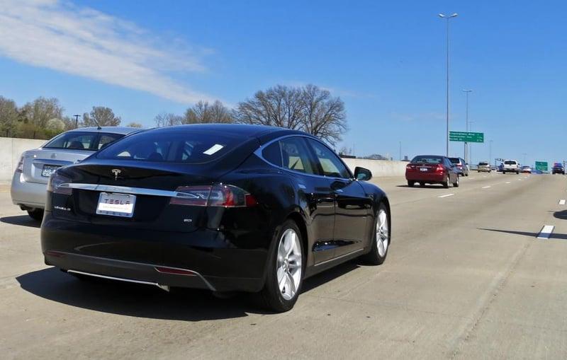 Fataal ongeluk met zelfrijdende auto: Tesla medeschuldig