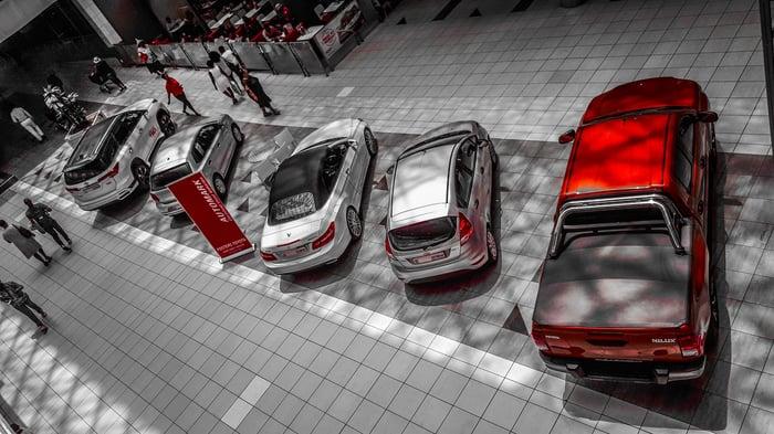 Bilar i en modern bilhandel med en lounge
