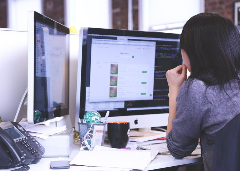 apple-businesswoman-coding-7375 (1)