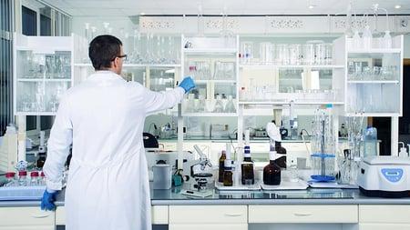 Ventajas de decolorar con cartuchos de carbón activado en el sector de la Química Fina