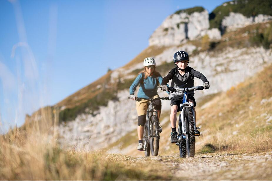 Mutter und Sohn mit E-Mountainbikes
