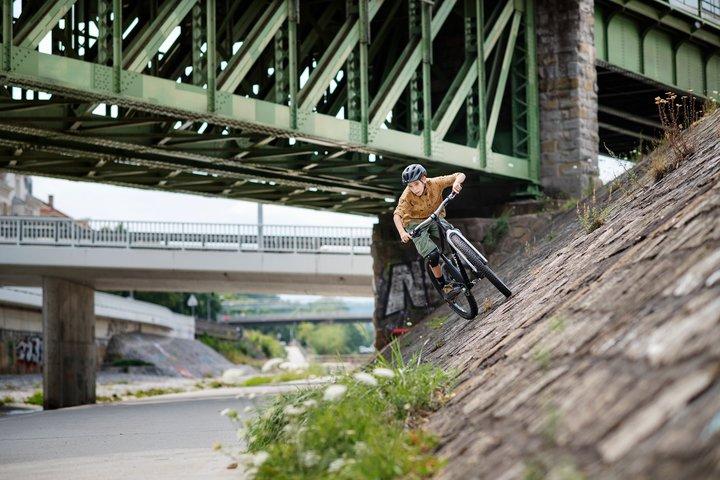 Jugendlicher mit woom OFF am Donaukanal