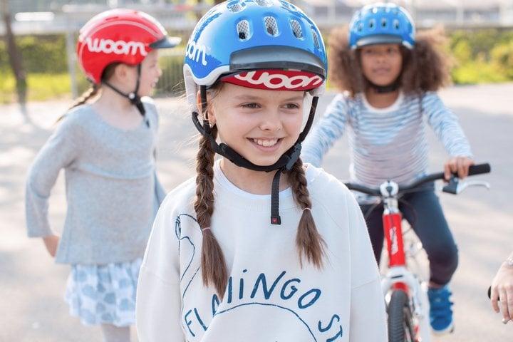 Drei Mädchen mit woom Fahrradhelm