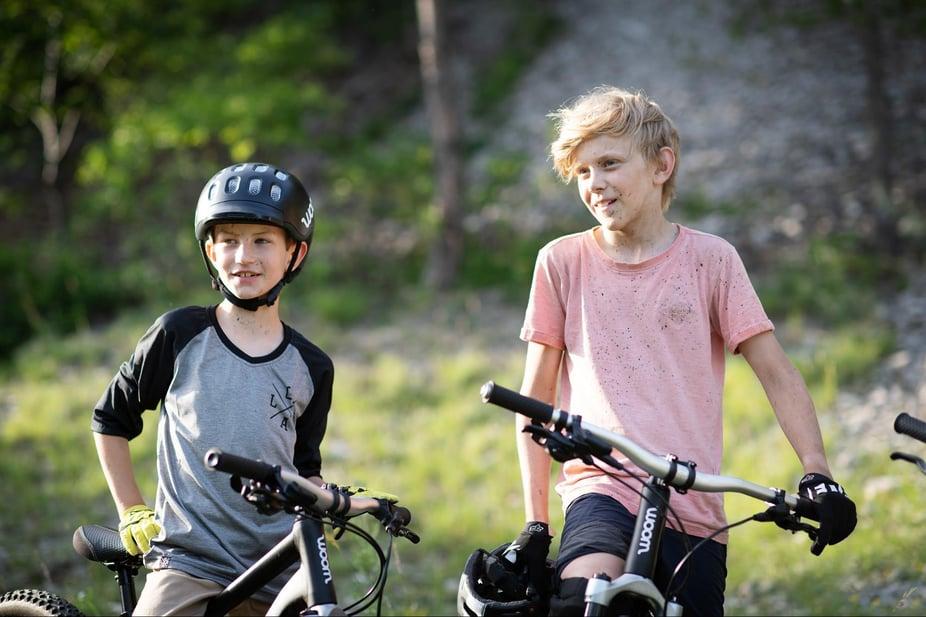 Zwei Jungs mit ihren woom OFF's