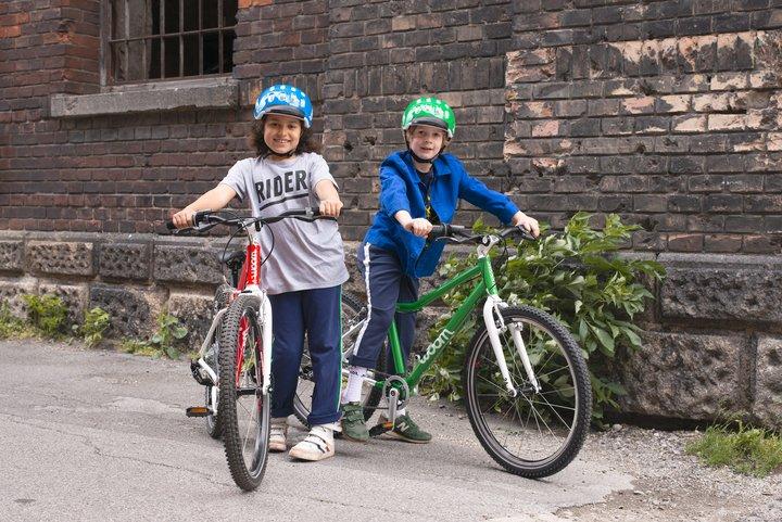 Zwei Kinder mit ihren woom ORIGINAL
