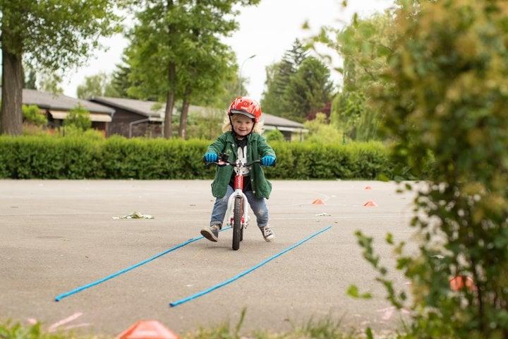 Kind übt mit dem woom 1 Laufrad
