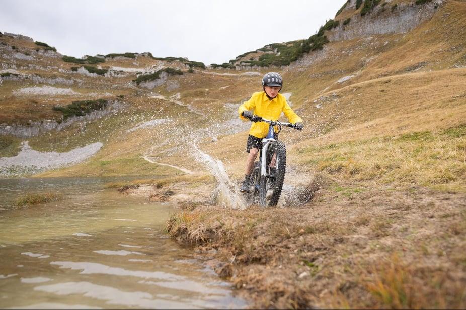 Jugenlicher fährt mit Mountainbike im Gelände