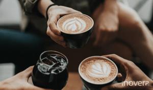 Personnes qui partagent un café