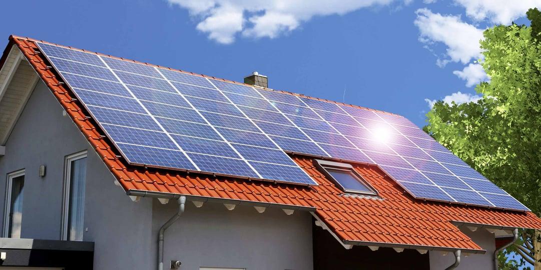 PV-Anlage auf dem Dach betreibt die Wärmepumpe