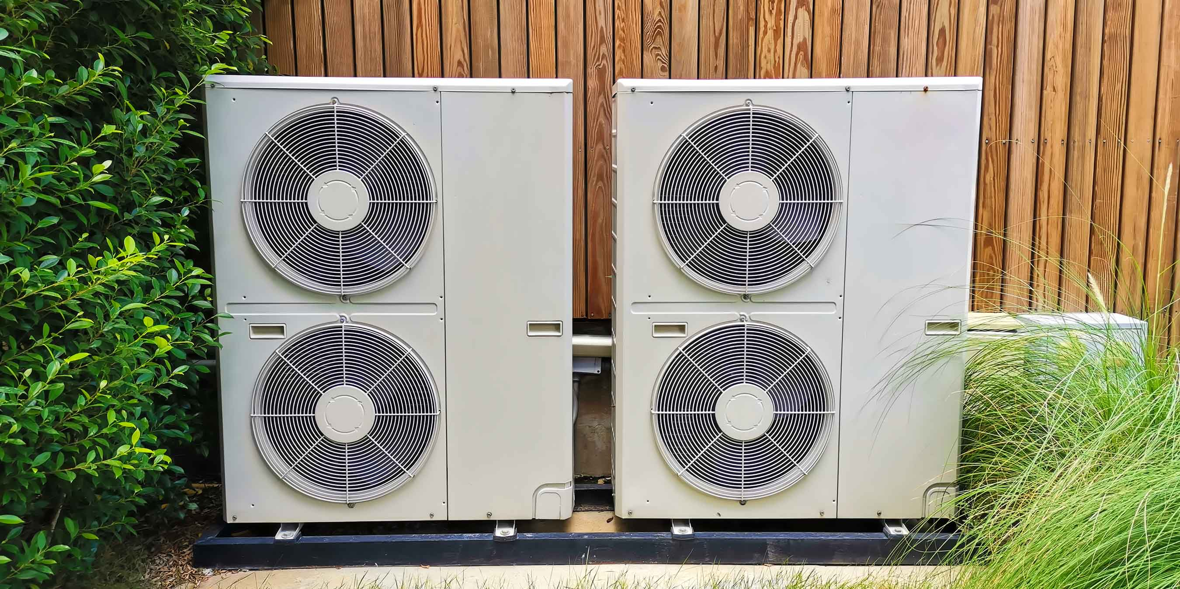Luftwärmepumpen hinter dem Haus
