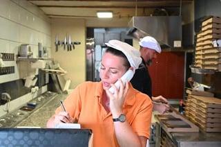 Laura et Cyril, propriétaire d'un distributeur automatique pizzadoor adial