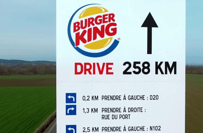 dans-ta-pub-burgerking-mcdonalds-panneau-directionnel-mcdriveking.png