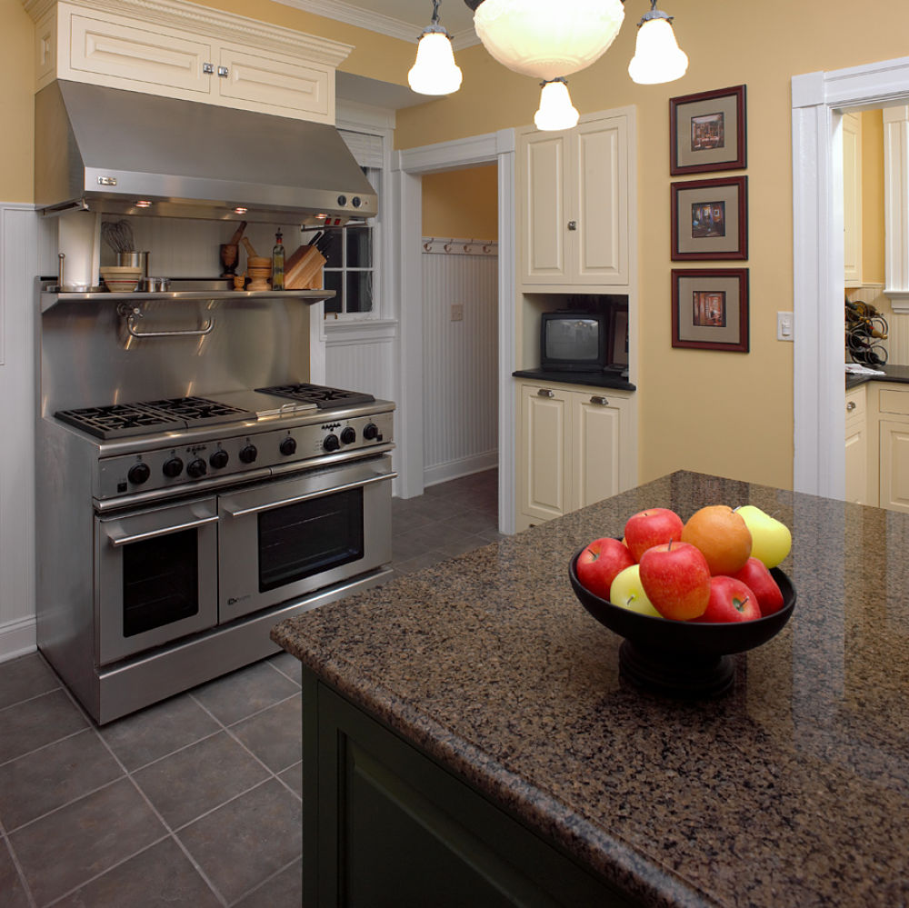 And hood make this kitchen an ideal space for the culinary enthusiast