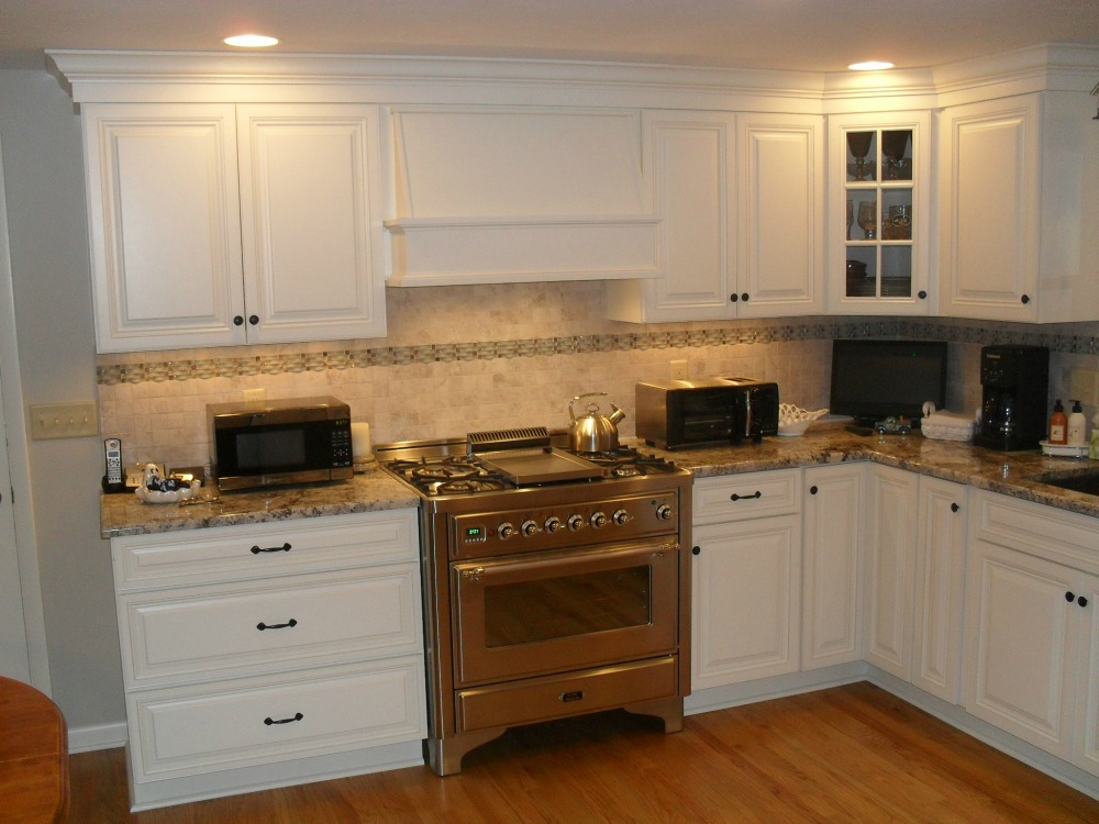 Bi Cabinets With Crown Molding Forms The Perimeter Of Kitchen Backsplash Is Accented