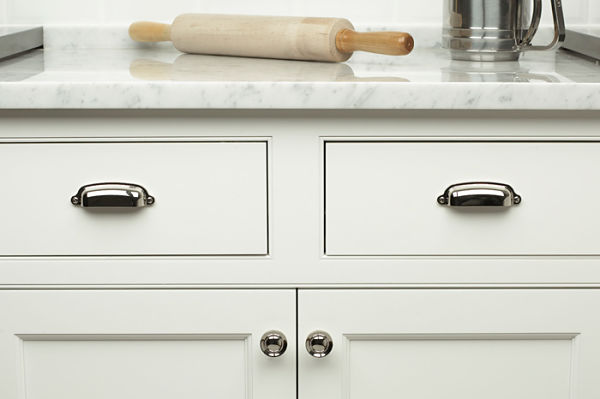 tips for selecting knobs and pulls for cabinet doors and
