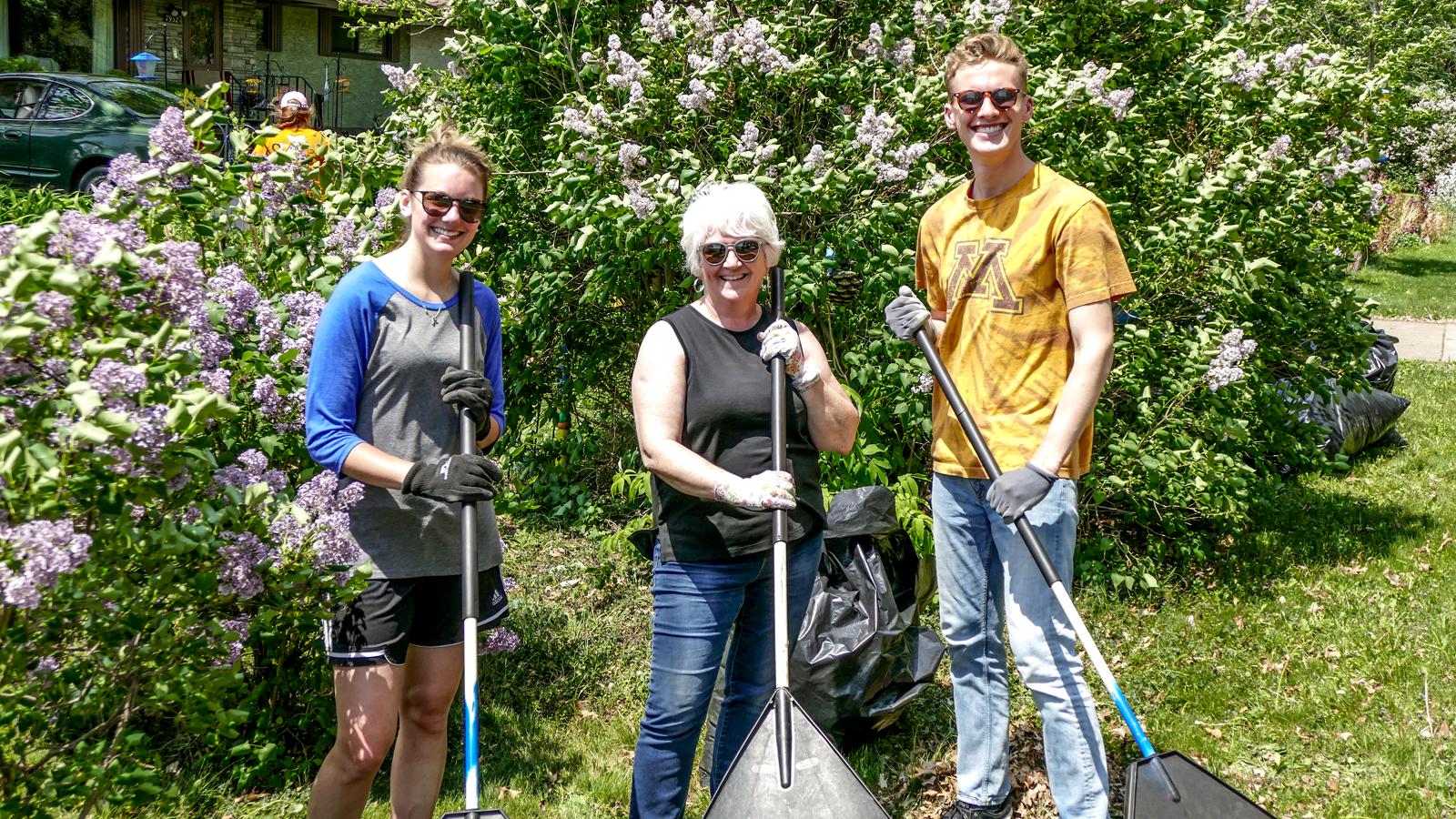 volunteer-raking_1600x900