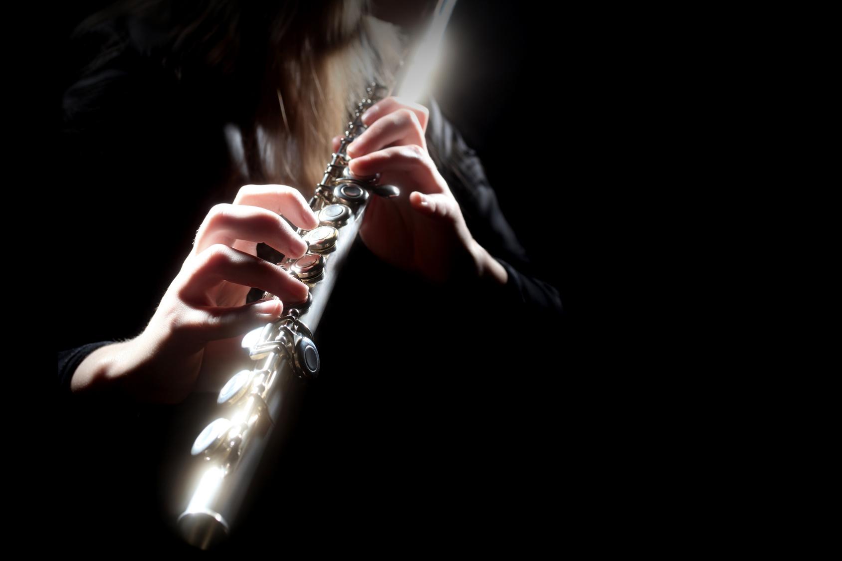 Тёлка играет на кожаной флейте 5 фотография