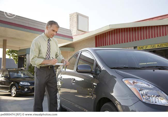 Insurance_adjuster_inspecting_car_pe0065474.jpg