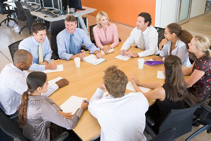 Qué diferencia la estrategia académica del sector empresarial