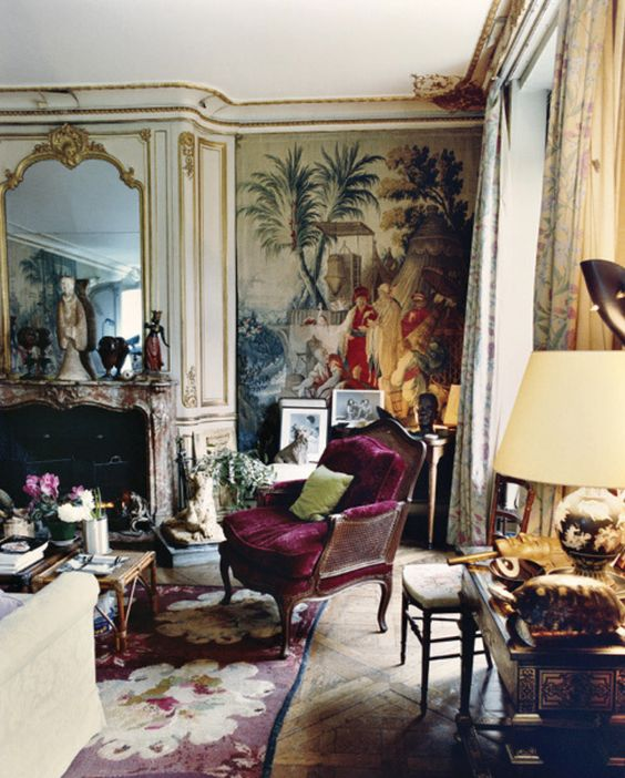 An Aubusson rug with a purple background allows you to create a romantic atmosphere as in the living room of Schiaparelli's Paris apartment.