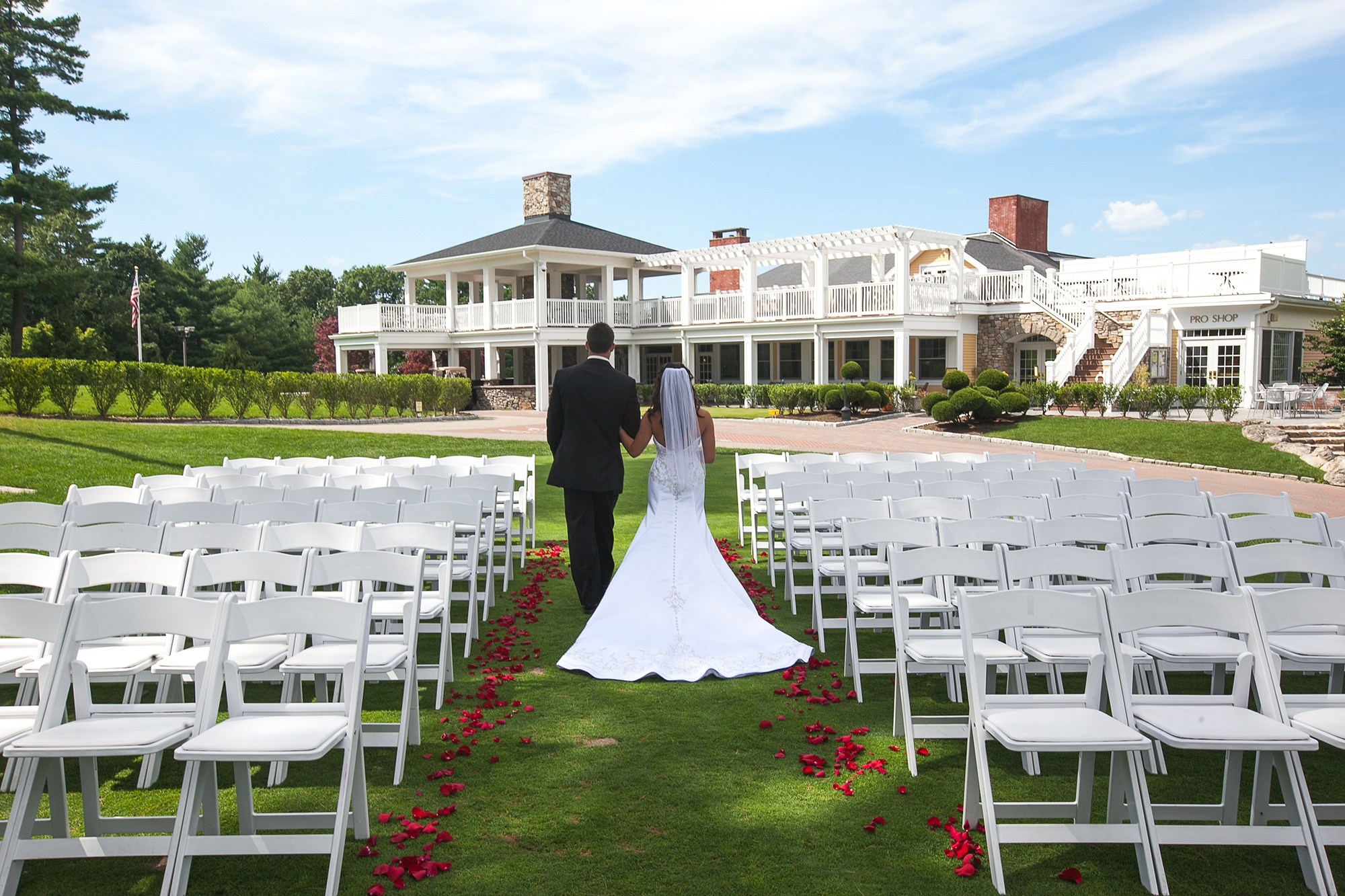 Bride-&-Groom-first-tee-to-clubhouse-1