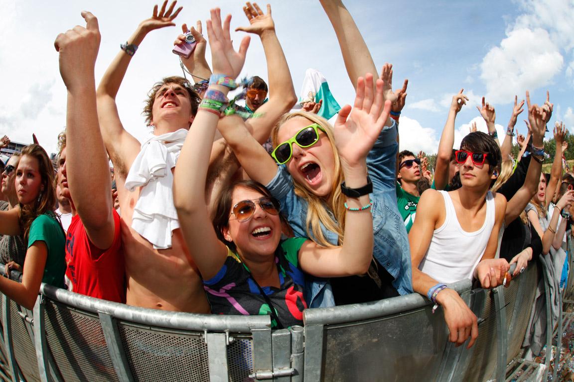 Feestende bezoekers evenement