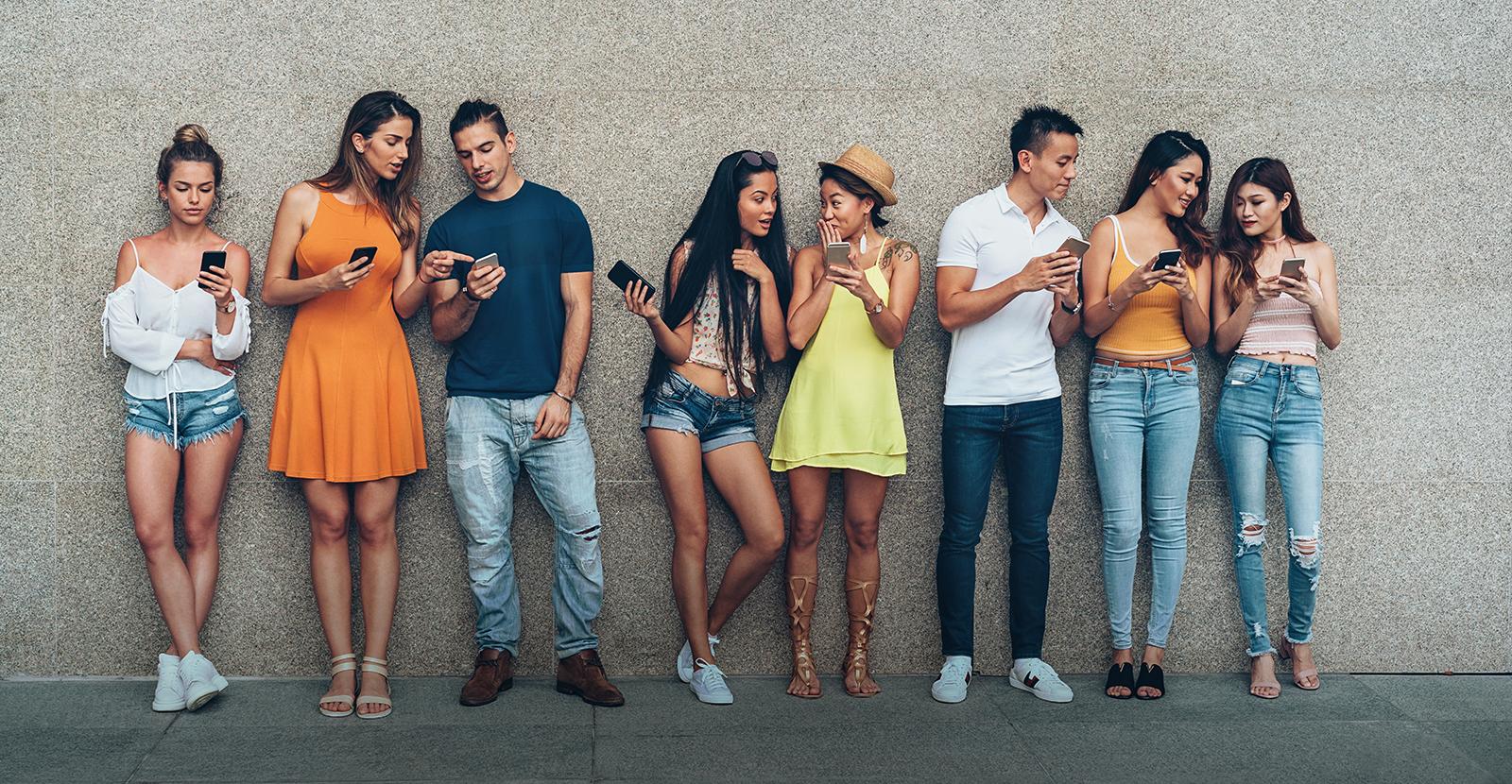 Jóvenes usando redes sociales en el teléfono