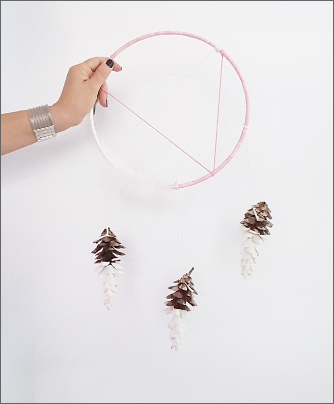 D1-DIY-pinecone-dream-catcher-with-feathers-by-New-York-decorator-Ada-Gonzalez